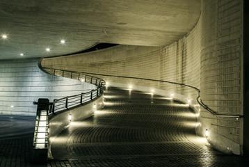 rampa para coches. Luz artificial.