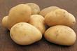 frische Kartoffeln auf Eichenholztisch