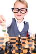 kleiner Junge beim Schach spielen