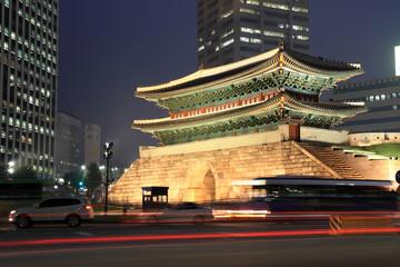 ライトアップされる南大門とソウルの街並み