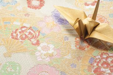 和柄の織物と折り鶴