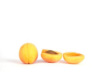 Aufgeschnittene Aprikose und ganze Aprikose auf weiß