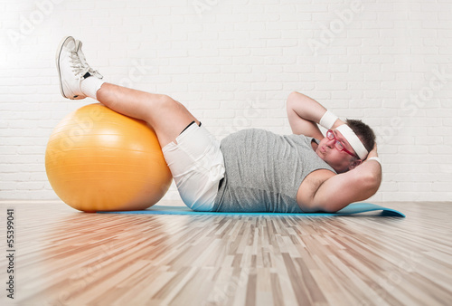 Poster, Tablou Funny overweight man working out in the gym