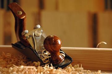 Still: edler, alter Holzhobel auf Werkbank mit Spänen
