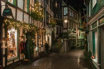 Weinachtlich beleuchtete Gasse in Monschau