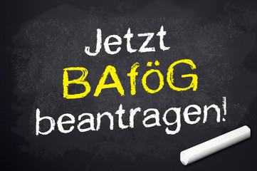 Kreidetafel mit Jetzt Bafög beantragen