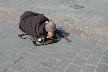 sdf couché dans la rue