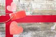 roter Anhänger - Konzept Liebe auf Holzhintergrund