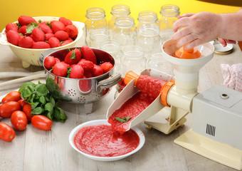 Preparazione salsa di pomodori pelati fatta in casa