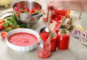 Preparazione salsa di pomodori fatta in casa
