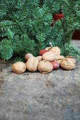 Tannengrün und Nüsse zur Weihnachtszeit