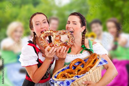 bayerische bedienung mit brezel