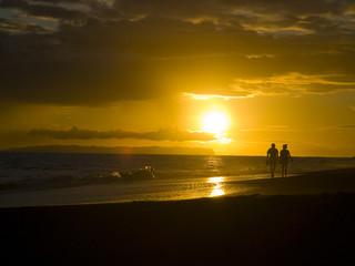 カウアイ島のビーチを歩くカップル