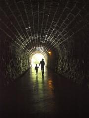 旧天城トンネルを歩く親子