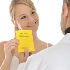 Patient übergibt Impfpass an Arzt