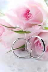 ウエディングリングと薔薇