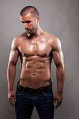 Eingölter Mann mit durchtrainirten Bauchmuskeln