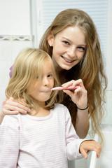 Babysitter putzt Kind die Zähne