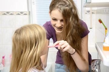 Babysitter beim Zähneputzen
