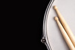Snare drum and drumsticks - 55435470
