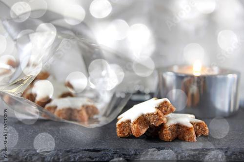 zimtsterne und teelicht in silber bokeh
