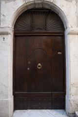 porta grande  piccola marrone portone