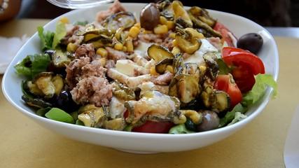 Bunter Salatteller in Süditalien