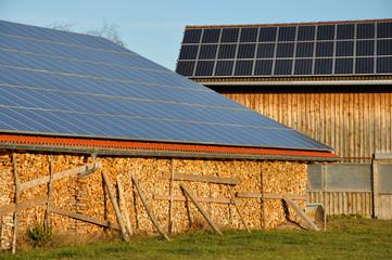 Solaranlage auf Scheune mit Brennholz