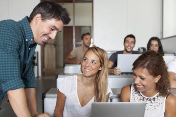 Beliebter Professor mit Studenten
