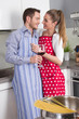 Gemeinsam kochen - junges Liebespaar in der Küche