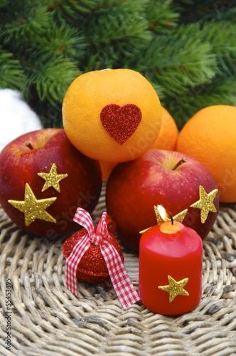 Adventskerze und Obstteller