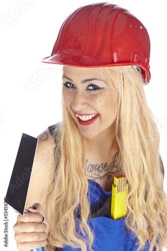 Junge Handwerkerin mit Baukelle