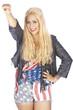 Girl im USA-Look in der Pose der Freiheitsstatue