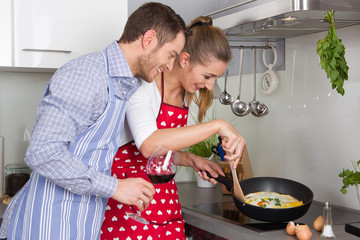 Spiegelei - junges Paar kocht gemeinsam in der Küche