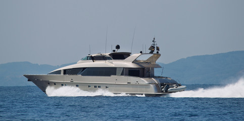Motorboot - Luxus - in voller Fahrt