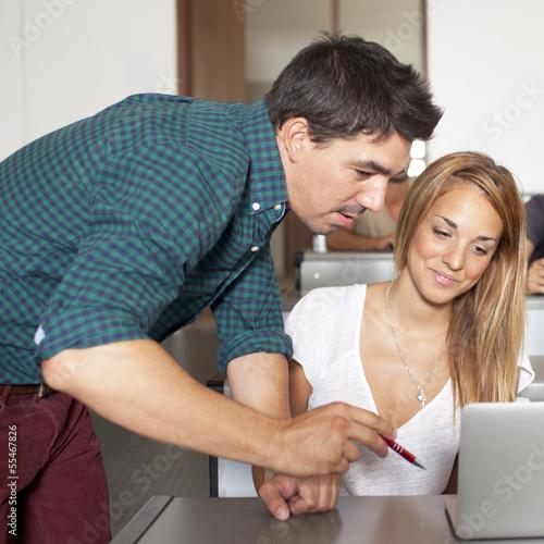 Hilfreicher Professor mit Studentin