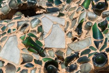 Composizione astratta di vetri e bottiglie