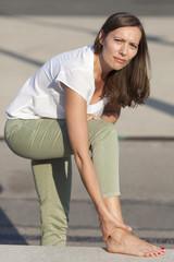 Frau mit Fußschmerzen