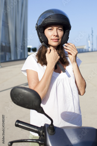 Attraktive Frau auf einem Moped