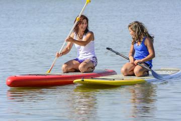 Mutter und Tochter beim Wassersport