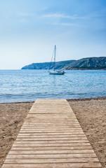Velero frente a la playa de Cadaqués