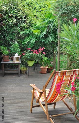 Fotobehang Tuin chaise longue en terrasse
