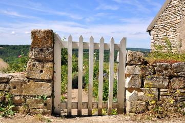 portillon entre muret en pierre