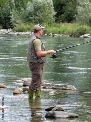 pescatore in riva al fiume