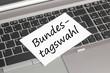 Rechner mit Schild Bundestagswahl