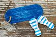 Maritimes Label auf Holz mit sommerlicher Deko