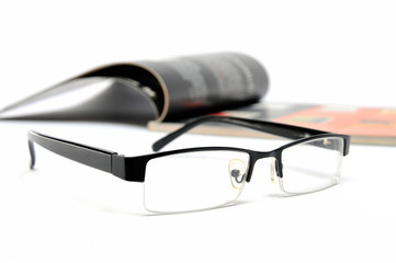 Business Journal mit Lesebrille