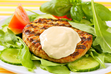 Grilled patty with rocket and cucumber salad