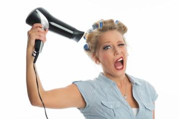 Blonde Frau föhnt ihr Haar