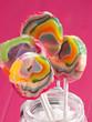 Lollipops vor pinkfarbenem Hintergrund
